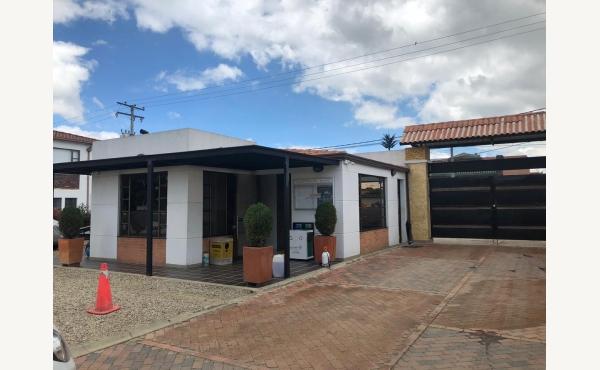 HERMOSA  CASA EN VENTA  EN ZONA EXCLUSIVA DE MOSQUERA